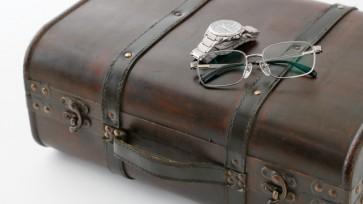アンティークなカバンと腕時計とメガネ