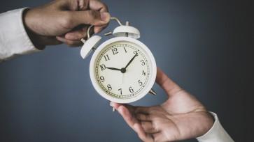 目覚まし時計と人の手
